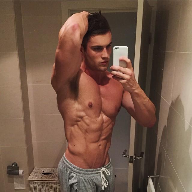 shirtless-muscle-jay-darko-mirror-selfie-pictures