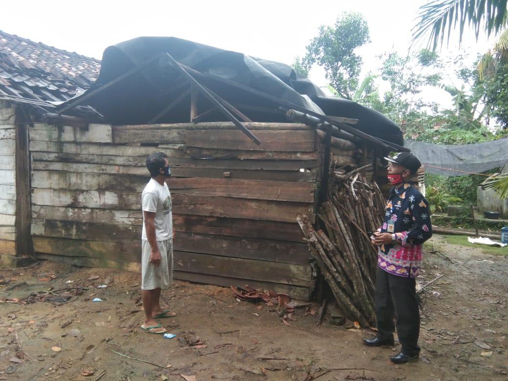 Delapan Unit Rumah Warga kampung sidomuyo Kacamatan Penawarta Tama Telah Terjadi Bencana Alam Puting Beliung