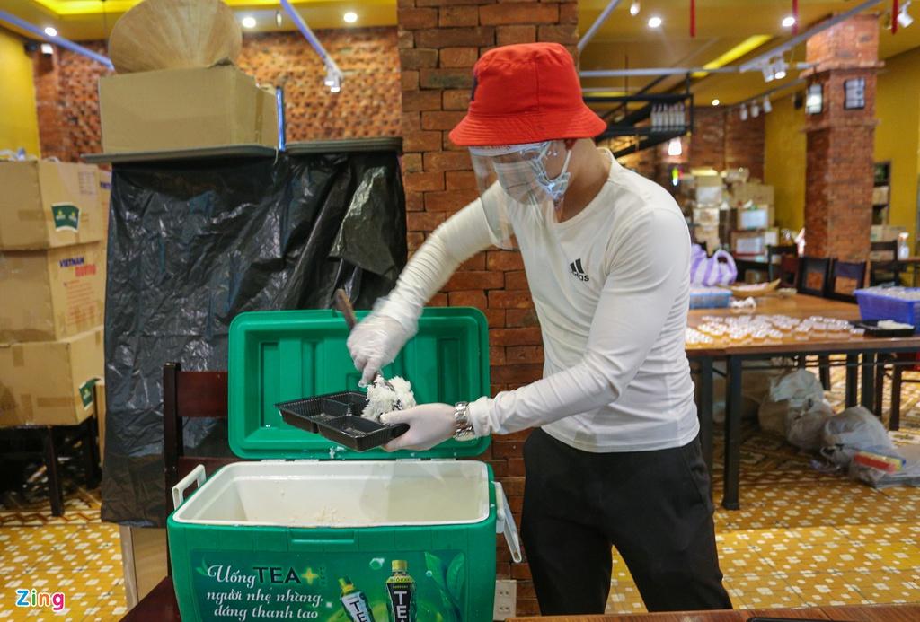 Du khách mắc kẹt nấu hàng nghìn suất cơm ủng hộ tuyến đầu chống dịch