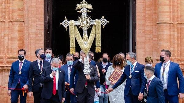 La Palma del Condado vive una simbólica procesión con la cruz de la calle Sevilla