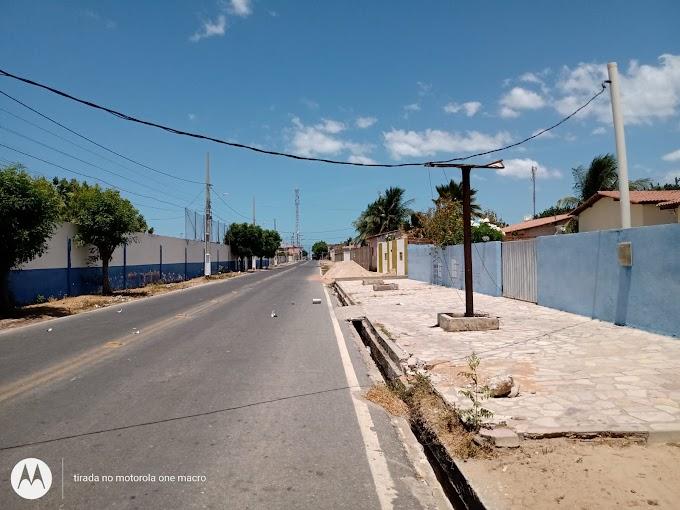 Caminhão bate em fio e deixa a Casa da Cultura de Grossos sem energia