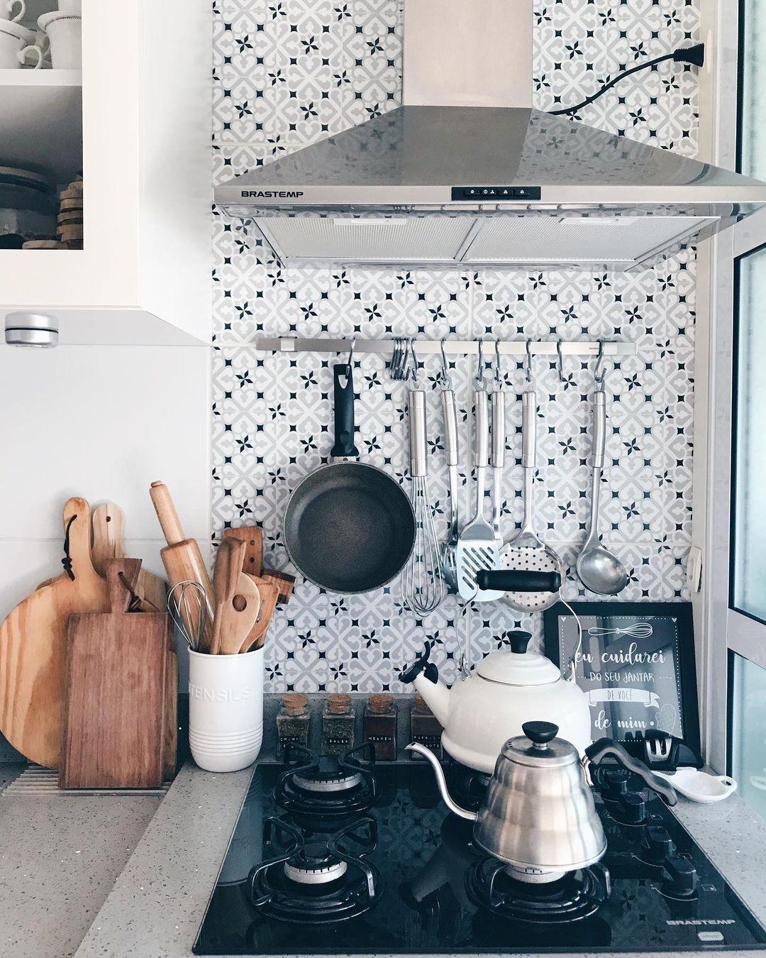 Aposte em detalhes coloridos para dar um toque diferenciado na sua cozinha pequena. Adicionar pastilhas ou azulejos de cores ou estampas diferentes na parte de cima da pia, por exemplo, já dão uma cara nova ao cômodo.