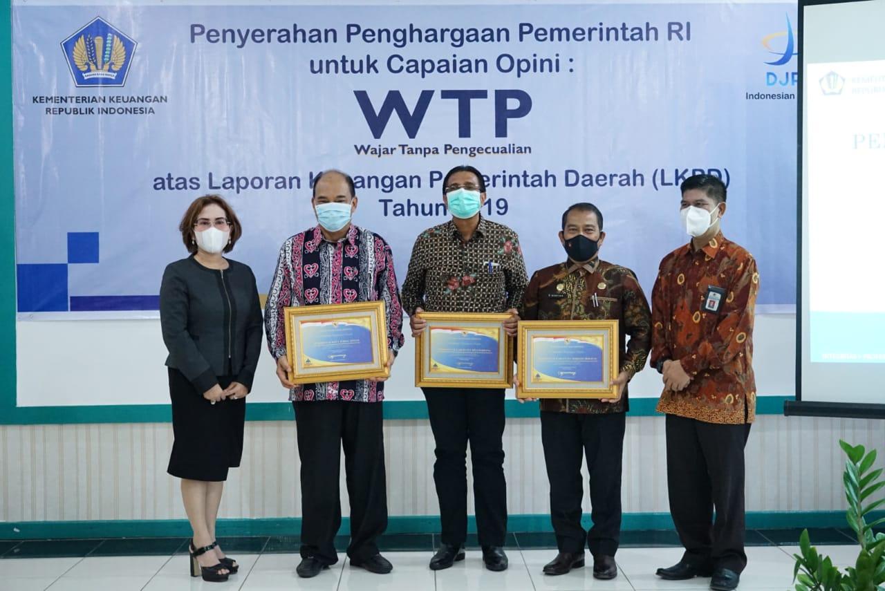 Kabid PAPK Kanwil DJPB Provinsi Sumut Menyerahkan Piagam Penghargaan WTP Kepada Walikota Tebingtinggi