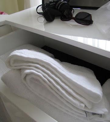 gaveta com toalhas brancas