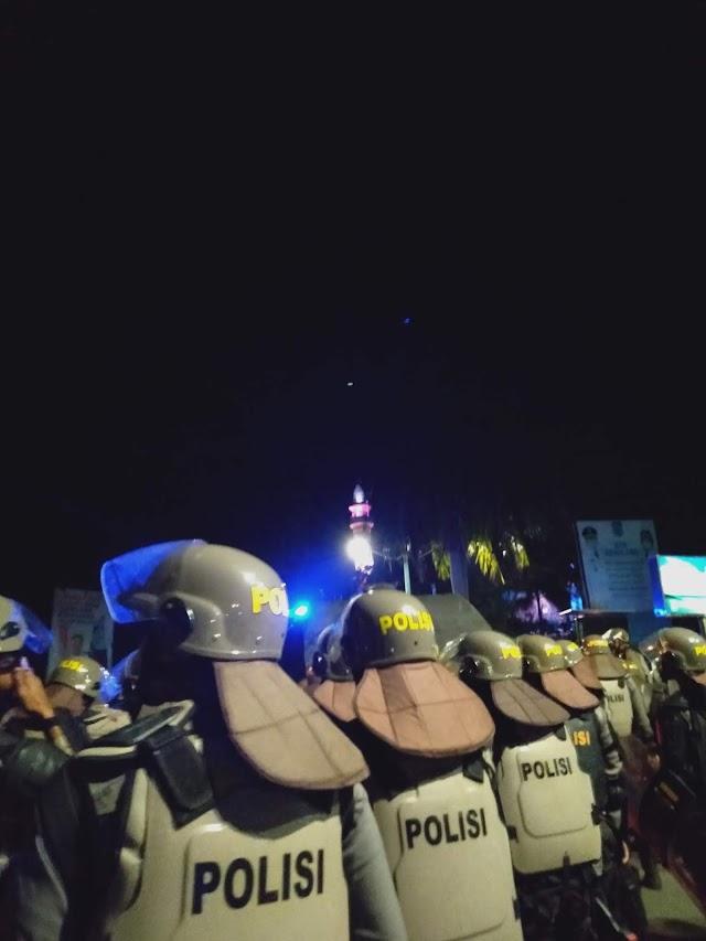 Polisi bubarkan masa aksi dengan water Canon
