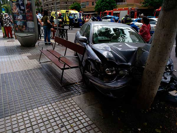 Bomberos rescatan persona atrapada en vehículo, Mesa y López,  Las Palmas de Gran Canaria