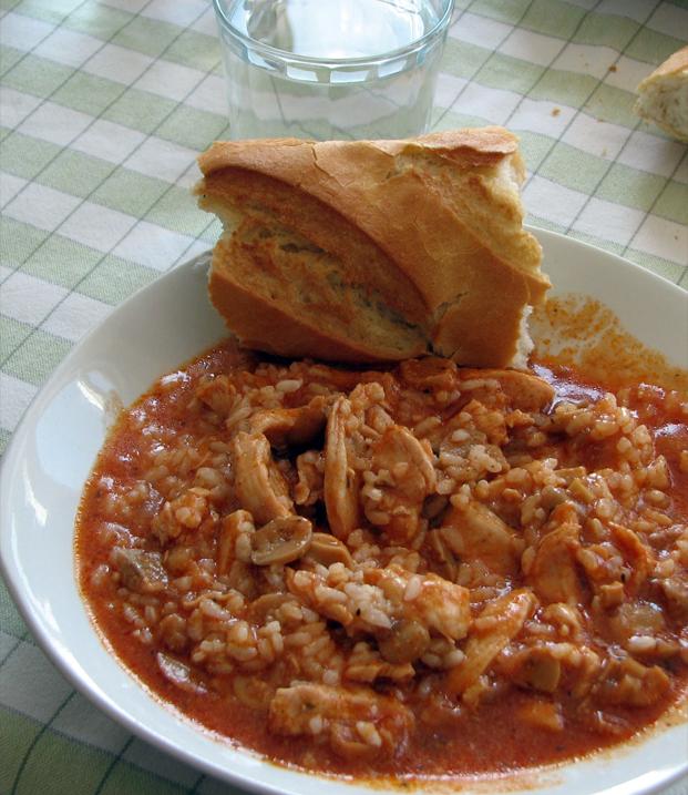 Pollo en salsa de tomate con champiñones y cebolla
