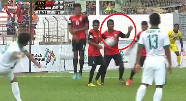 [VIDEO] HANDBALL SIT! EEhh, Wasit Asal Malaysia ini Tak Beri Indonesia Penalti