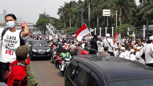 Massa Aksi PA 212 dkk Padati Depan DPR, Kendaraan Dialihkan ke Busway