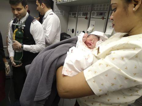 «Это было как в кино…» Врач-лор приняла роды на борту самолета Доха-Бангкок