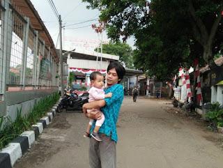 Berpose di stasiun Paledang, Bogor