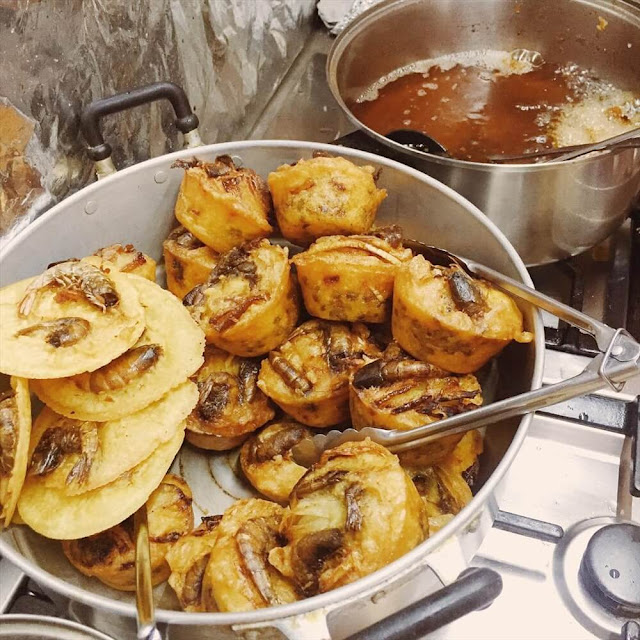 """Bánh có màu hơi sậm chứ không tươi như những nơi khác nhưng lại có mùi thơm và cực kỳ hấp dẫn. Trên bề mặt bánh Cóng là một con tôm nằm khoanh tròn trông rất hấp dẫn. Và chỉ cần thưởng thức ngay từ miếng đầu tiên, bột bánh giòn tan lan tỏa trong miệng, mùi vị thơm nức, được béo của ít mỡ sa, ít đậu xanh và thịt heo băm nhuyễn sẽ dễ dàng """"gây nghiện"""" cho người ăn."""