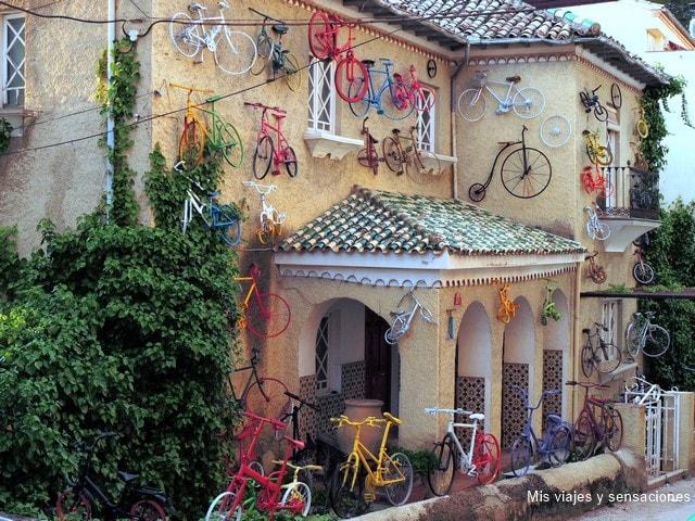 Casa típica en Cazorla decorada con bicicletas