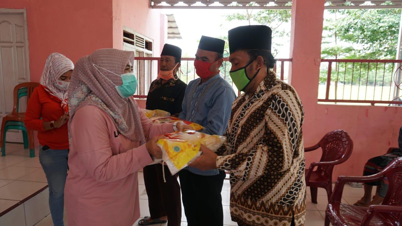 Winarni Nanang Ermanto Beri Bantuan Kepada Guru Ngaji