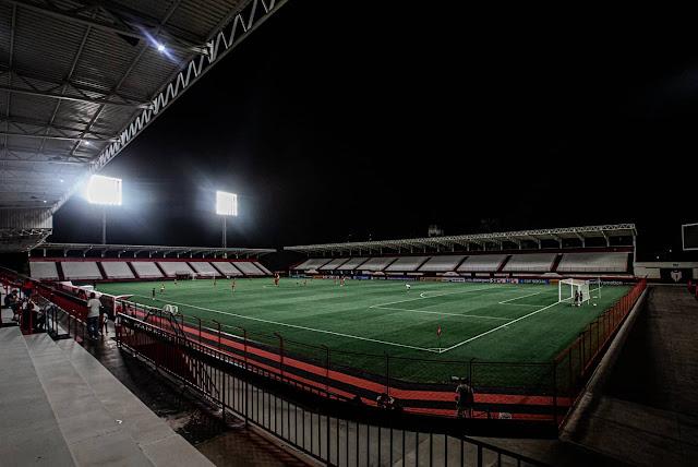 Refletores do Estádio Castelo do Dragão sendo testados em treinamento do Atlético