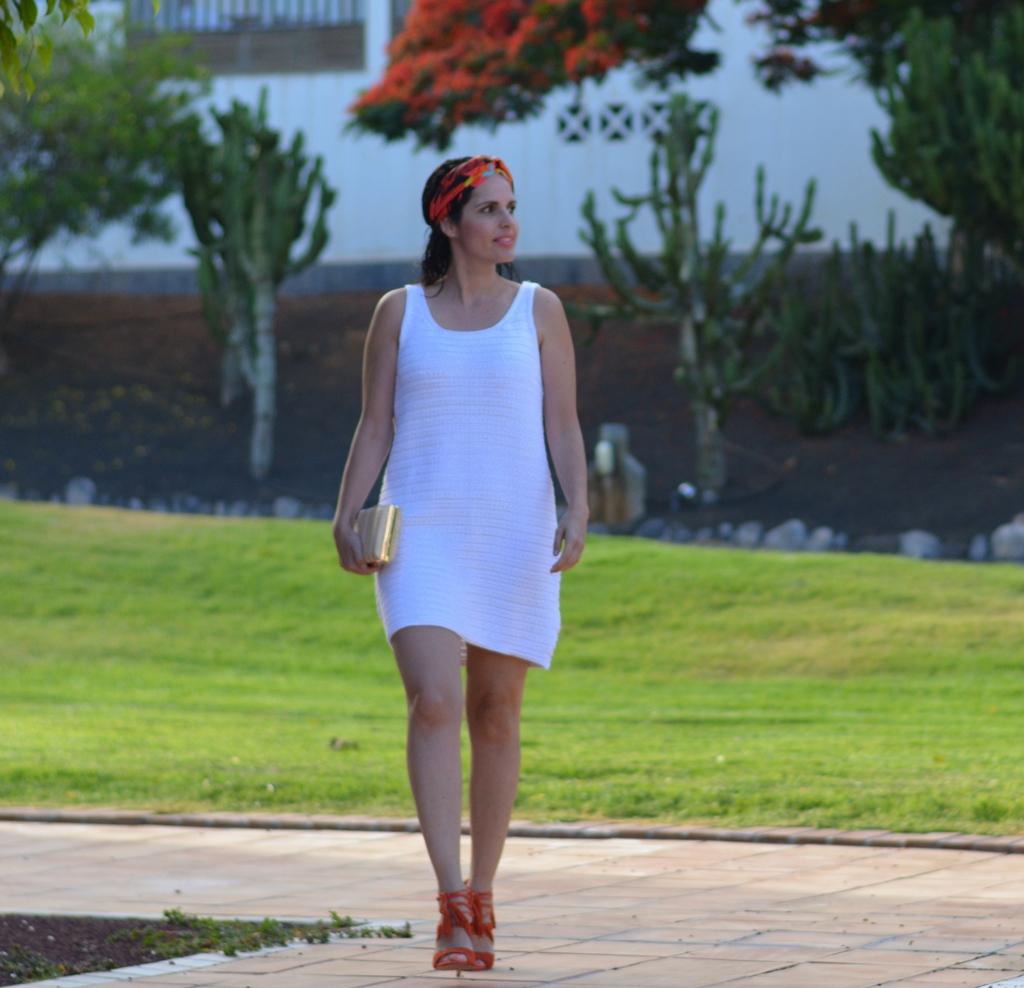 outfit-vestido-blanco-sandalias-new-look
