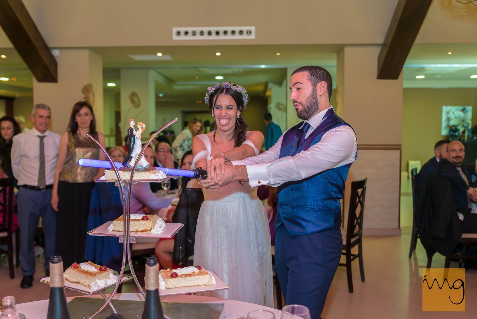 Fotografía de boda con una espada láser