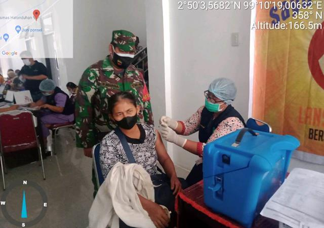 Dipuskesmas Hatonduhan Penyuntikan Vaksin Covid-19 Didampingi Personel Jajaran Kodim 0207/Simalungun