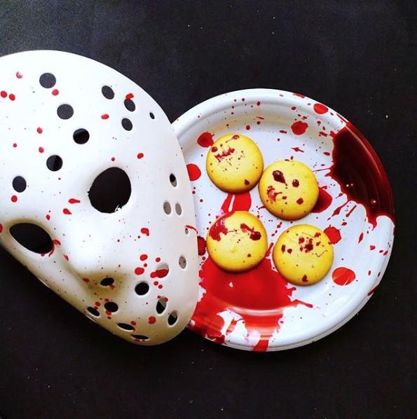 galetas con manchas rojas parece samgre al lado una mascara de hockey con sangre referencia a viernes 13