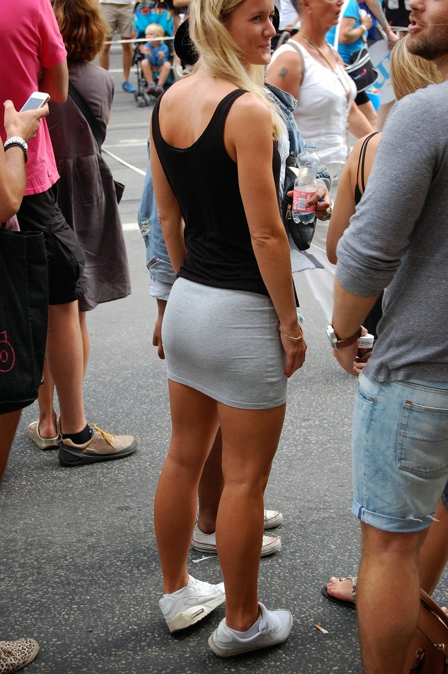 Sexy Babes In Tight Skirts