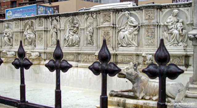 A Loba Romana na Fonte Gaia, na Piazza del Campo, Siena