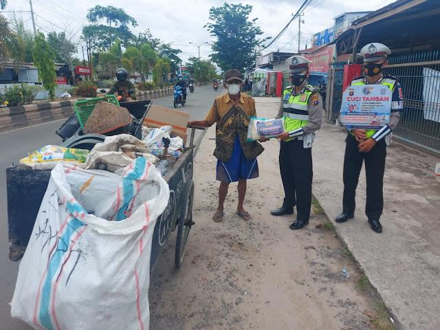 Jum'at Berkah, Sat Lantas Polres Kotim Bagikan Sembako Untuk Warga Kurang Mampu