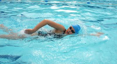 sử dụng mũ bơi và kính bơi trong tập luyện