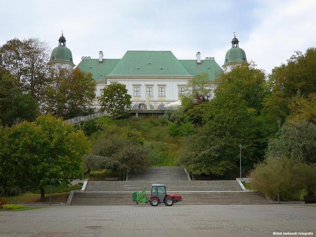 Zamek Ujazdowski w Warszawie i traktor