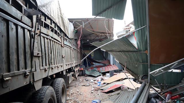 Ảnh: Chiếc xe dừng lại sau khi gây thiệt hại nhiều tài sản của 4 hộ dân