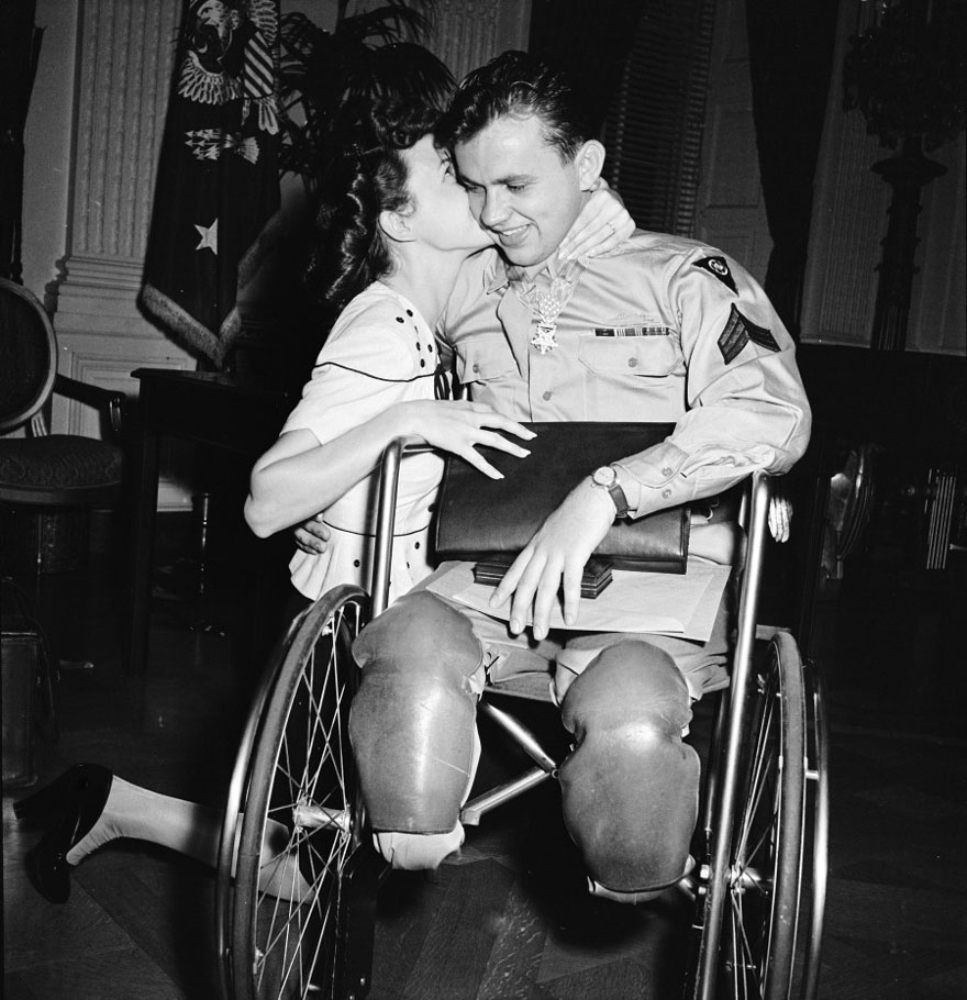 60 + 1 Heart-Warming Historical Pictures That Illustrate Love During War - Jean Moore Kneels And Kisses Her Fiancé, Wheelchair-Bound World War II Veteran Ralph Neppel, 1945