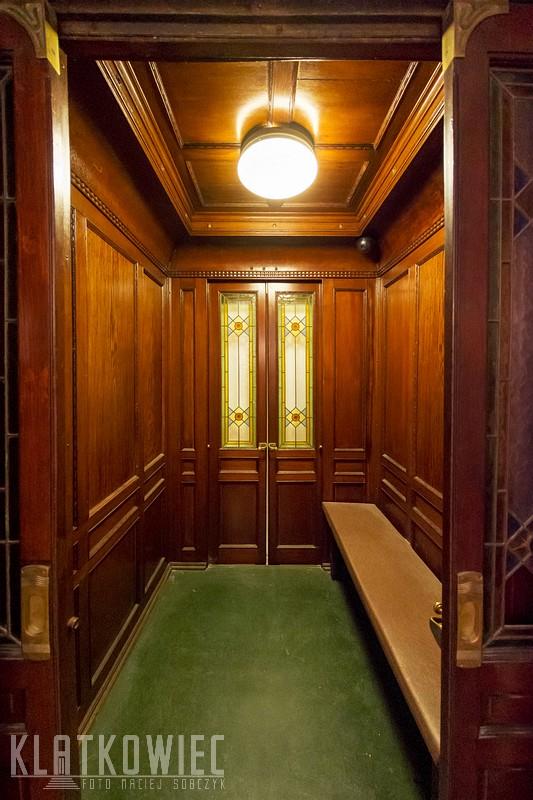 Moszna. Zamek. Zabytkowa przedwojenna winda.