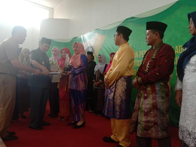 Gubernur Riau Berikan Penghargaan Adikriya Ke Pelaku Usaha IKM