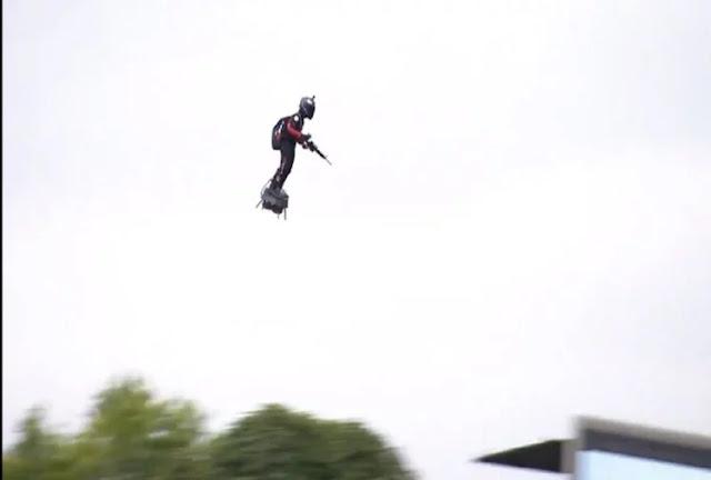 हवा में उड़ता दिखा शख्स, फ्रांस के राष्ट्रपति ने शेयर किया वीडियो