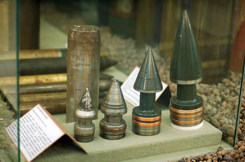 Котушкові підкаліберні снаряди для радянських гармат. Справа наліво: 57-мм, 76-мм, 85-мм, 100-мм.