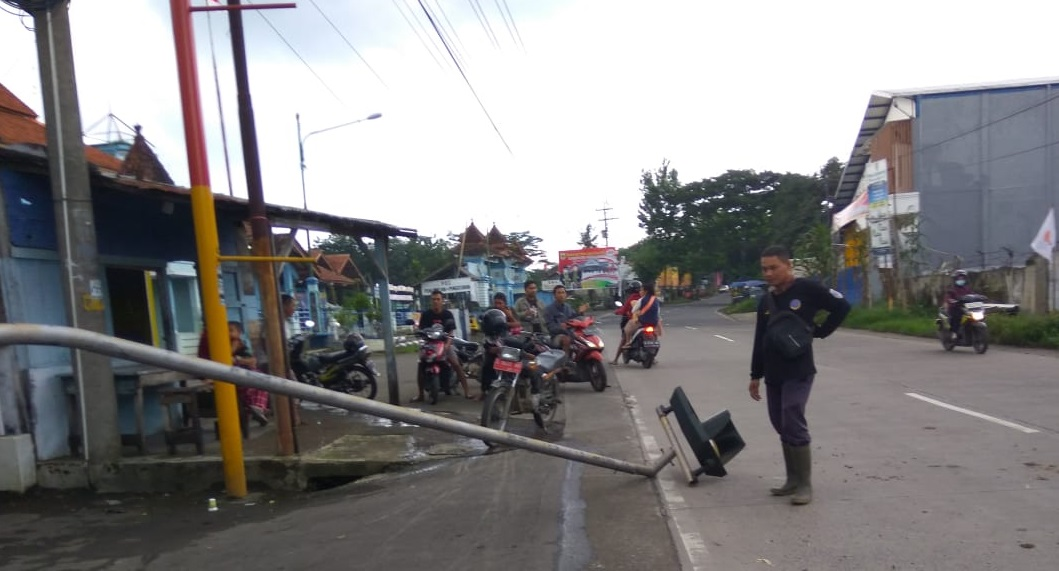 Kecelakaan di Randudongkal, Rambu Lalu Lintas Patah Ditabrak Motor Roda 3