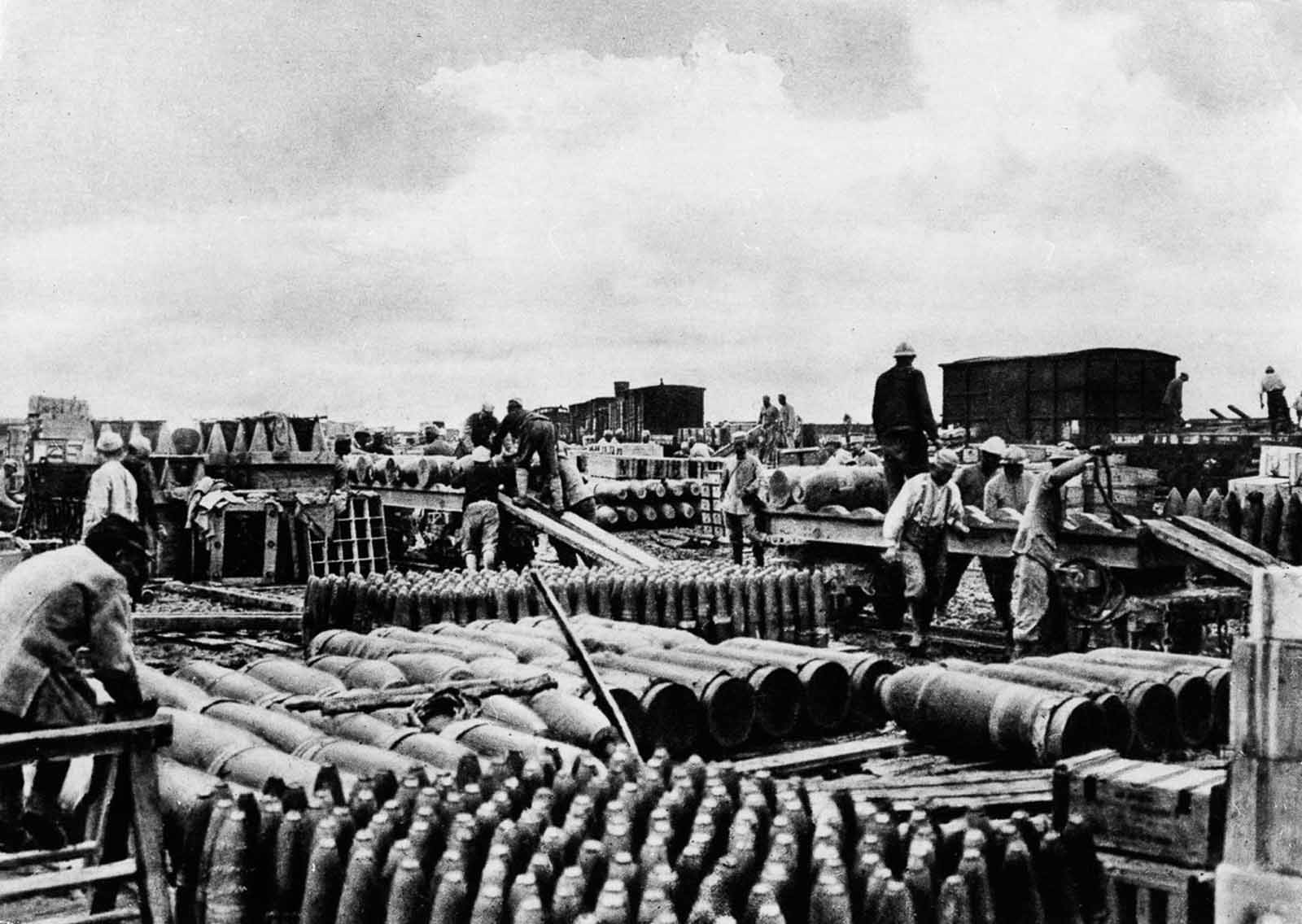the battle of the somme of 1916 Artillery barrage at somme, 1916 your browser does not support the video tag  rare footage taken on the german front line at the beginning of the somme.