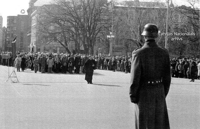 Рига. 1949. gada 25. marta deportāciju dienas atceres pasākuma dalībnieku gājiens pie Brīvības pieminekļa