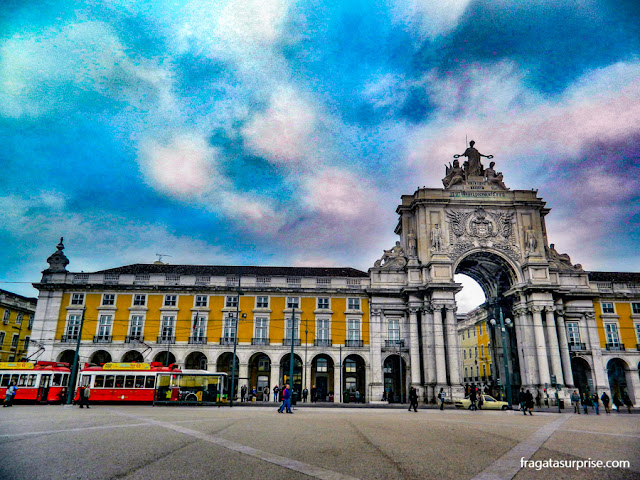 Arco da Rua Augusta, na Praça do Comércio, e a parada do electrico (o bonde) que vai para Belém