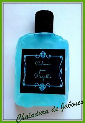 Jabón-natural-con-forma-de-frasco-de-colonia-con-etiqueta-personalizada-Chaladura-de-jabones