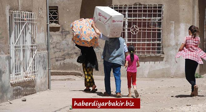 Diyarbakır Şehitlik'de yıkılma tehlikesi nedeniyle evlerinden tahliye edilenler yardım bekliyor
