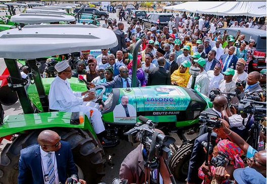 Buhari-drives-tractor-in-Jos-Plateau