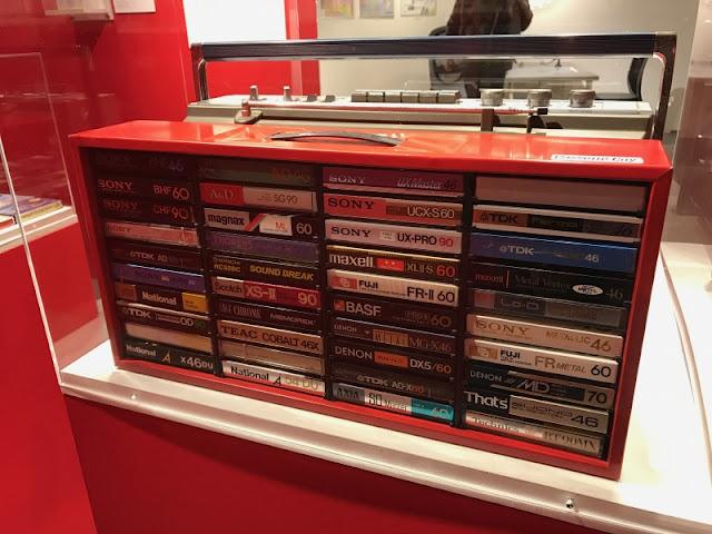 カセットが収納ボックスに入って展示されていました。