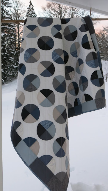 Luna Lovequilts - 66° Nord quilt - Photo shoot outside