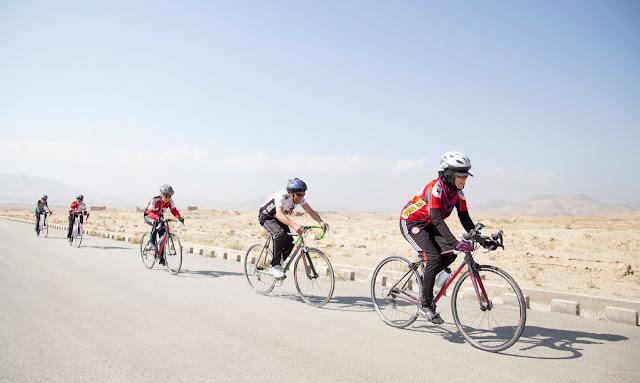 Mulheres afegãs pedalando na estrada - Foto: Afghan Cycles / Facebook