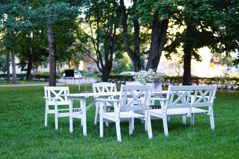 Istuinryhmä puistomaisella kerrostalon pihalla