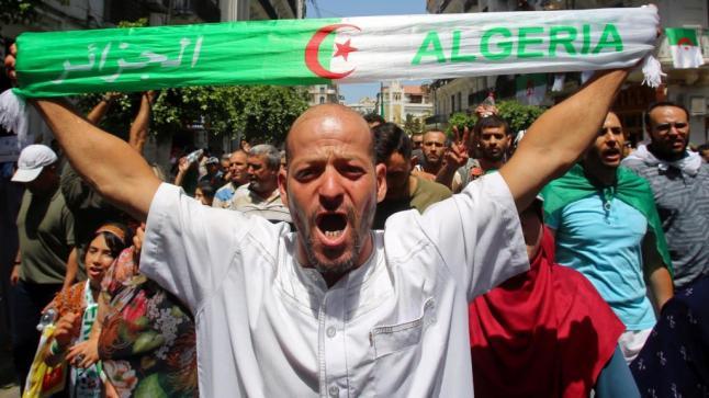حراك الجزائر متمسك بمطالبه.. مظاهرات تطالب بضمانات لانتخابات نزيهة
