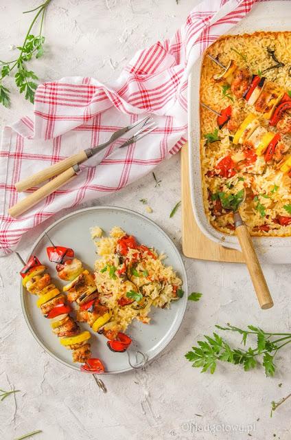 Zapiekany ryż z pomidorami i szaszłyki z indyka