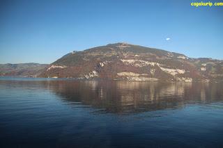 Pemandangan pegunungan dari kereta menuju Interlaken