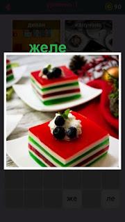 приготовлено желе слоями и сверху положены ягоды
