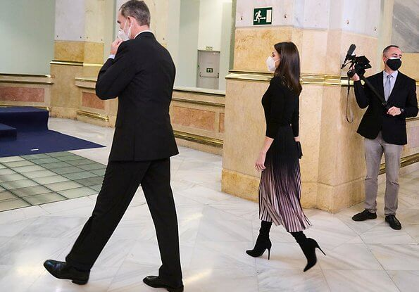 Queen Letizia wore a marlie contrast pleat midi skirt from Reiss, pink brushed wool coat from Carolina Herrera. Steve Madden dominique boots